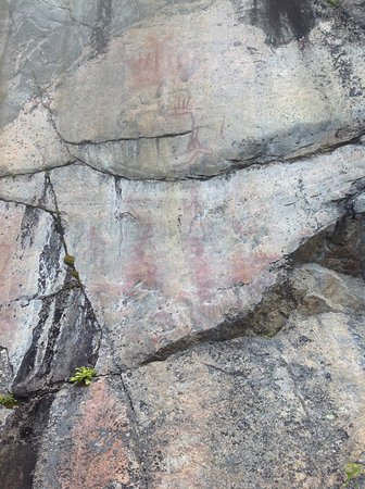 Ristiina, Finland: Изображение лося с тремя рогами и человеческих фигур на скале Астувансалми