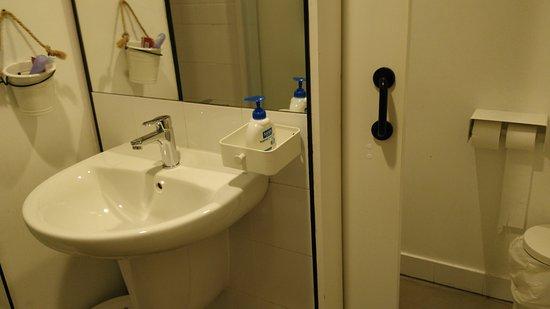 Salle de bain privative d un dortoir féminin 6 places c´té WC