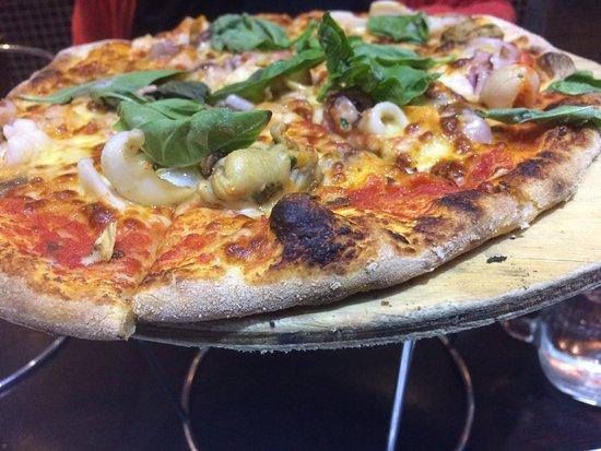 La Piazza: Seafood pizza