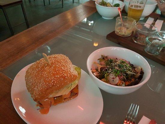 burger und salat bild von r sterei z rich tripadvisor. Black Bedroom Furniture Sets. Home Design Ideas