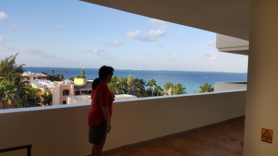 Ixchel Beach Hotel: Rearward view towards beach & town