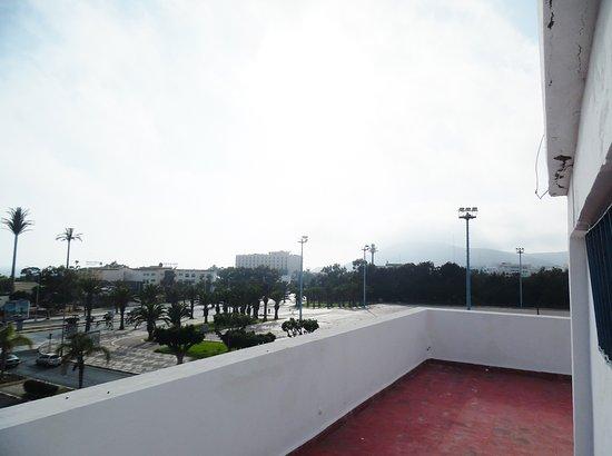 Hotel des Palmiers: Hotel 'Les Palmiers', AGA - Dachterrasse - Blick über den Place Amal in Richtung Hafen - 06.2016