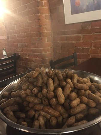 Deep River, Canadá: Hot boiled peanuts