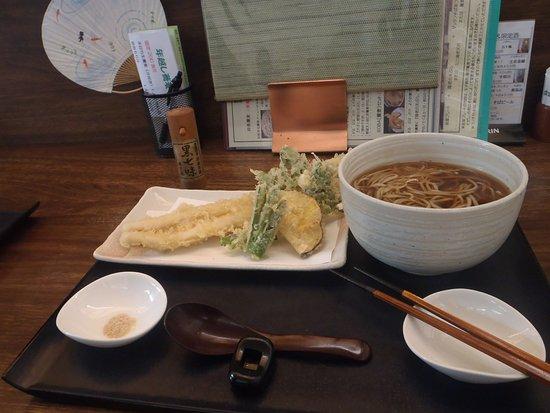 Akishima, Japan: 穴子天セット、原了郭の黒七味がついて