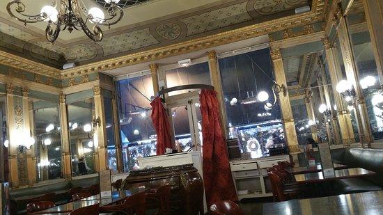 Interieur picture of les deux garcons aix en provence for Interieur provence