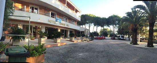 Kounopetra, اليونان: Plac przed hotelem, miejsce zbiórek