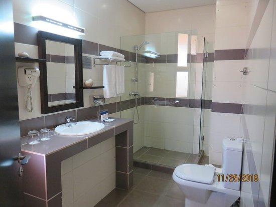 Protea Hotel by Marriott Kampala: bathroom