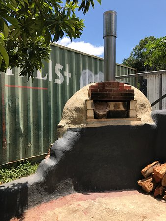 Pomona, Australie : Pizza oven near entrance gated by a container