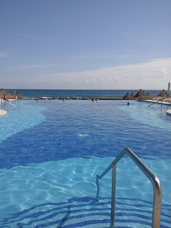 Luxury Bahia Principe Sian Ka'an: Infinity pool