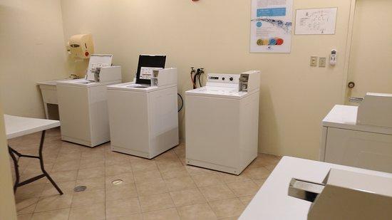 Guam Plaza Resort & Spa: タモンの中心街でバス利用にも便利。ランドリーには洗濯機(30分)3台と乾燥機(40分)2台があります。どちらもフロントで2ドル分をクオーター8枚に交換して使用できます。両方で4ドル!