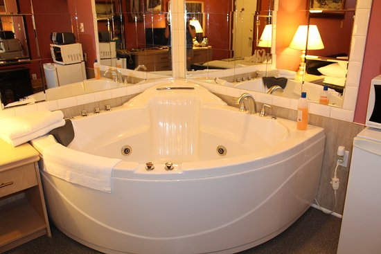 Ritz Inn Niagara & Wedding Chapel: Honeymoon Jacuzzi Tub