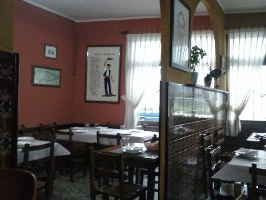 Vista del comedor y el bar.: fotografía de Sidrería Serafín, Oviedo ...