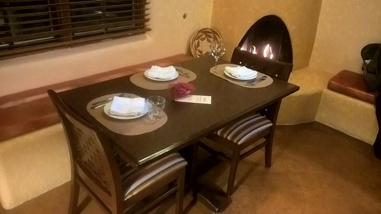 ‪وورلدمارك سانتا في: Dining area with fireplace in the background.‬