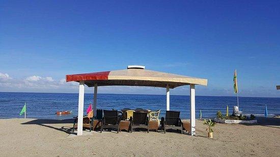 Casa Del Mar Beach Hotel: Repainting the beach huts