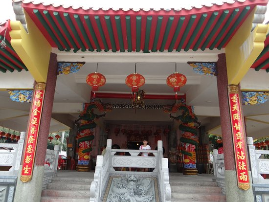 Wan Loong Chinese Temple: Front of temple