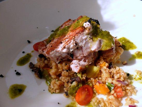 Thuir, França: Pescado con una base de ensalada fría de cuscús
