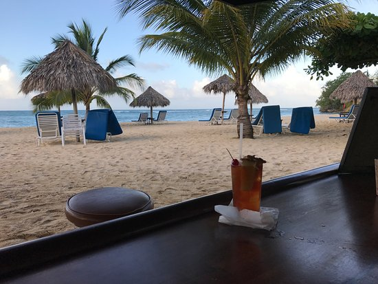 Jamaica Inn: Rum punch by the beach bar