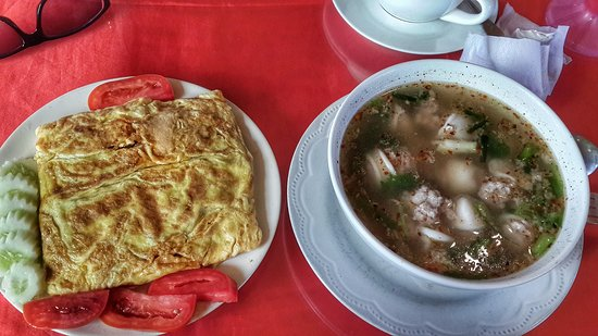 Jolly Frog Backpackers Restaurant : stuffed omelett and filled squid soup