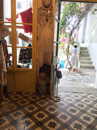 "Skyros Town, Yunanistan: A ""must see"" store! A retro aesthetic gives  it extra style!  Great items & cool people 🤠🤘💍🤳"