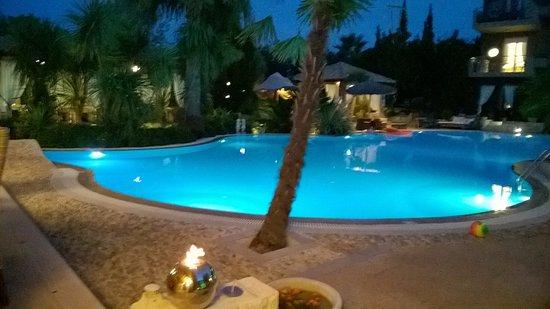 Achtis Hotel: Veduta serale della zona piscina