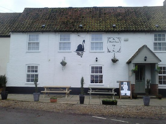 The Black Swan: Picturesque pub building