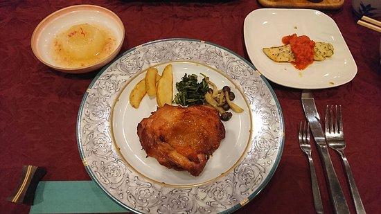 Hotel Cerulean Alpine: 夕食その3。メインのチキンと魚。大根の煮物もありました