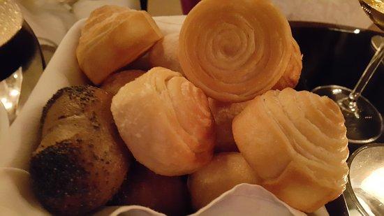 Le Restaurant Selman: Ассортимент домашнего хлеба.