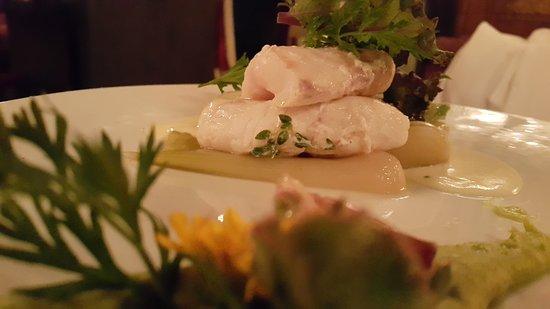 Le Restaurant Selman: Le loup : en croûte de harissa, langues d'oiseau en risotto, crème de cerfeuil