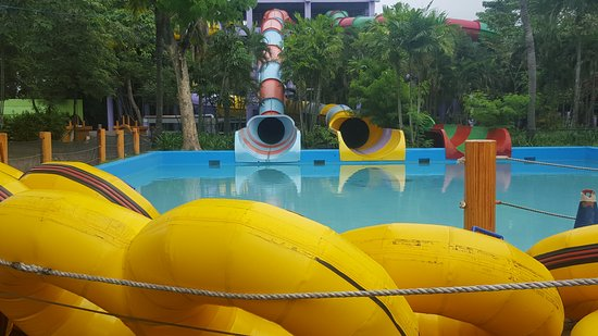 Binan City, Filipiny: Some Splash Island pools and The Photo Snap Shop