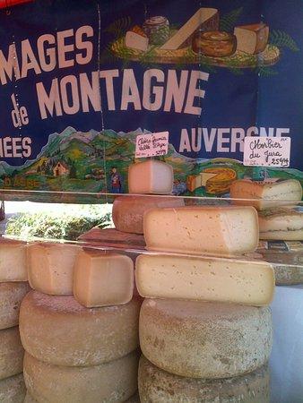 Blaye, France: ..mercatino con tante....