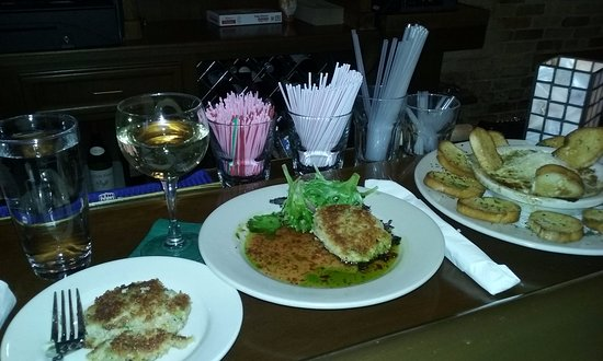 Inn at Cedar Crossing: Crab Cakes and Gorgonzola Artichoke Dip