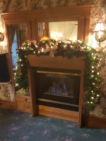 Inn at Cedar Crossing: Decorated fireplace