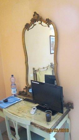 Hotel Azzi - Locanda degli Artisti: Старинное зеркало