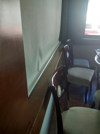 Gadag, Inde : A thick layer of dust in the alcove (back side of the chairs in the pic) in the restaurant.