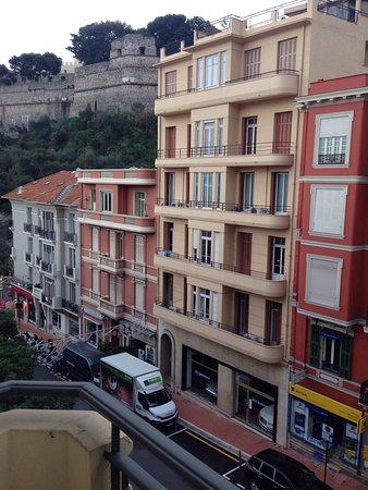 Hotel Ambassador Monaco: Вид с маленького балкона, 3 этаж, 36 номер, дорога к набережной. Справа синие огни въезд на парк