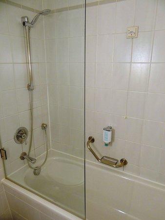 Hotel Metropol: Zimmer Nr. 322, Badewanne / Dusche