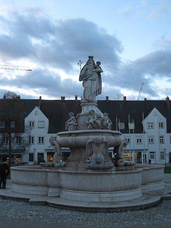 """Altotting, Germany: Фонтан """"Дева Мария"""""""