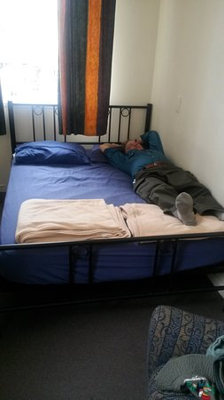 Queen Street Backpackers: Our double room, had 2 windows, sink, chair and closet.