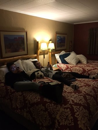 Sitzmark Chalet Inn: 2 Queen beds equipped with our two queens