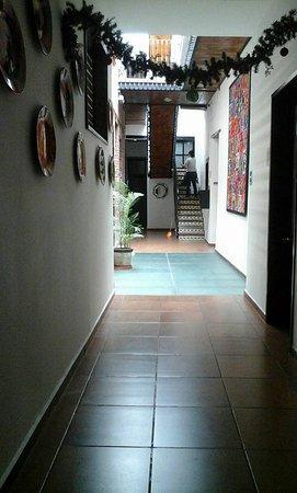 Mexico City Hostel: Pasillo que va desde la recepción hasta la escalera que lleva a las habitaciones de arriba