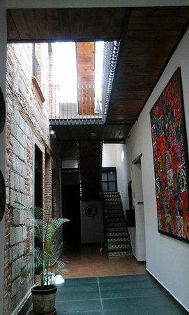 Mexico City Hostel: Pasillo que va desde la recepcion hasta la escalera que lleva a las habitaciones de arriba