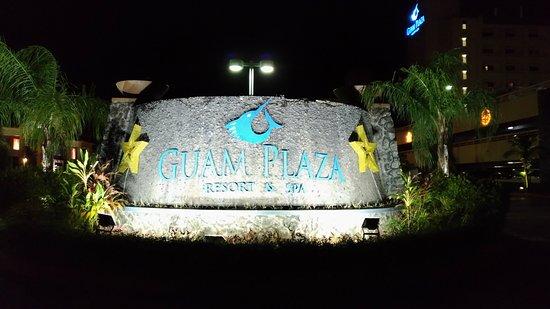 Guam Plaza Resort & Spa: ホテルロビー前