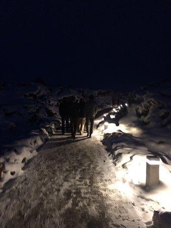 Grindavik, Islandia: (am) Walking In