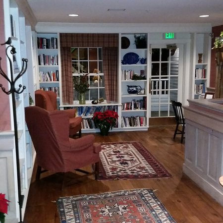 Chase House at Mill Falls: One of the lounge areas
