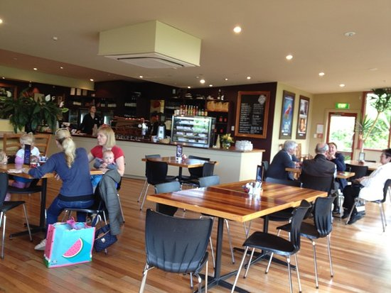 Pauatahanui, Nueva Zelanda: Partial view of the indoor seating area and café
