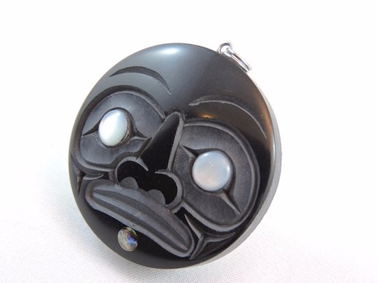 Tlell, Канада: Argillite carved Haida Moon Pendant by Artist Myles Edgars