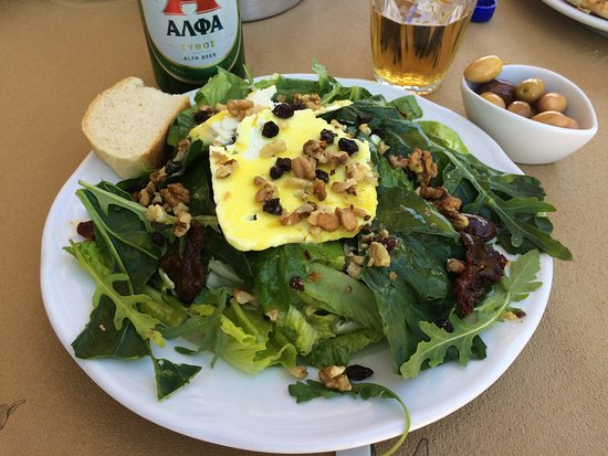 Taverna Ambrosia : The delicious Mediterranean salad with Alpha beer