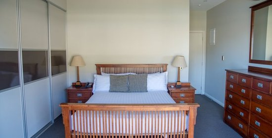 Gisborne, New Zealand: 2 Bedroom Penthouse - master bed