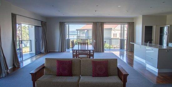Gisborne, New Zealand: 2 Bedroom Penthouse - dining / lounge