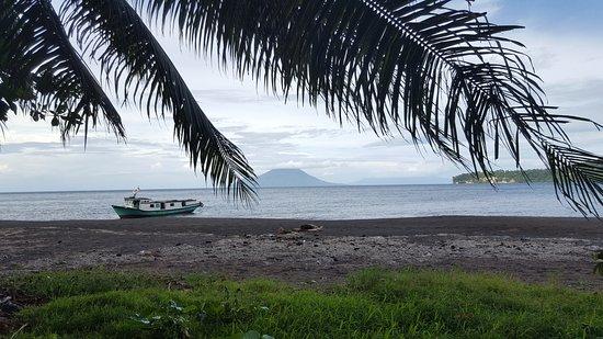 Krakatau Volcano (Krakatoa): Onze gehuurde boot gezien vanuit het eiland